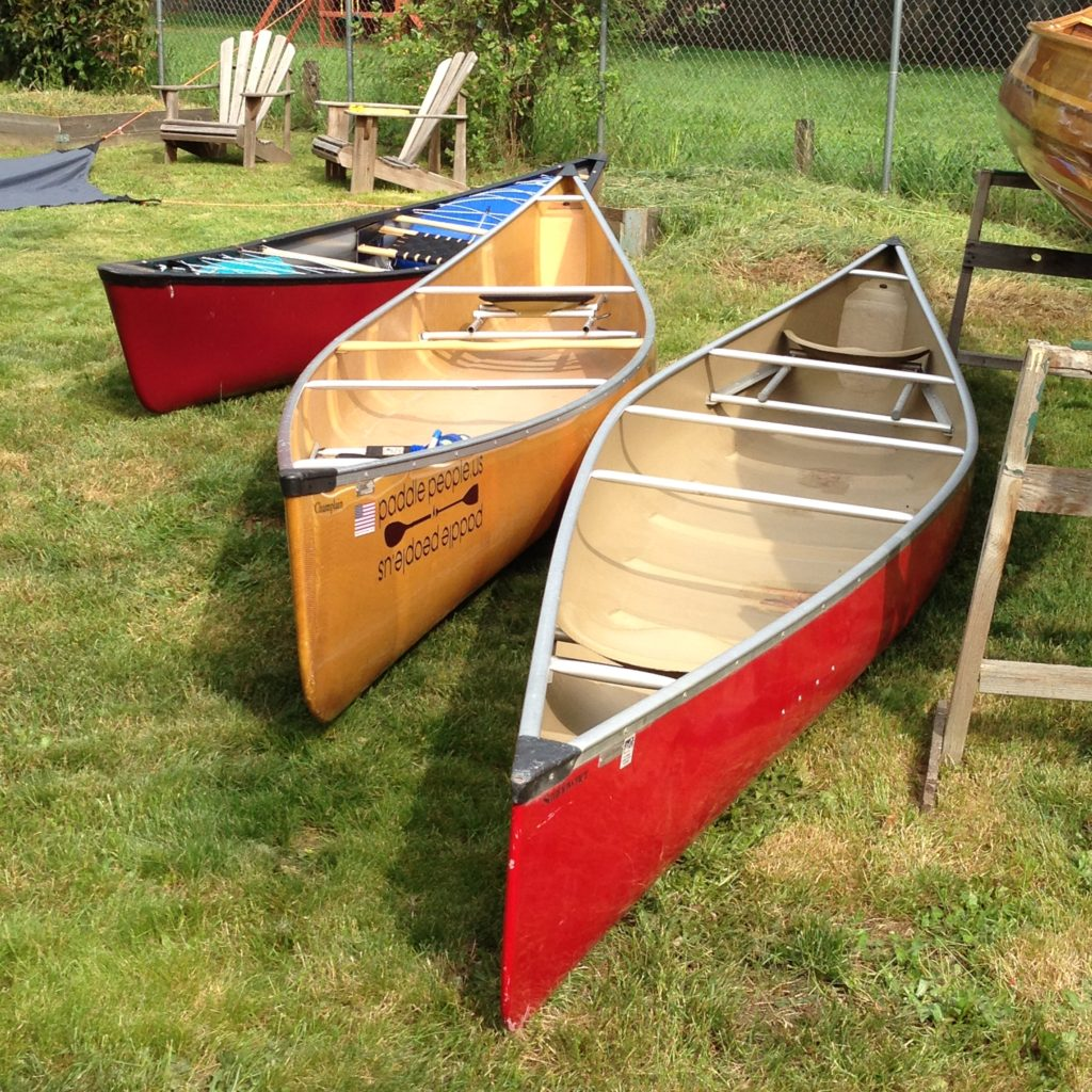 wenonah-champlain-sundowner-and-rendezvous-canoes-on-lawn-2