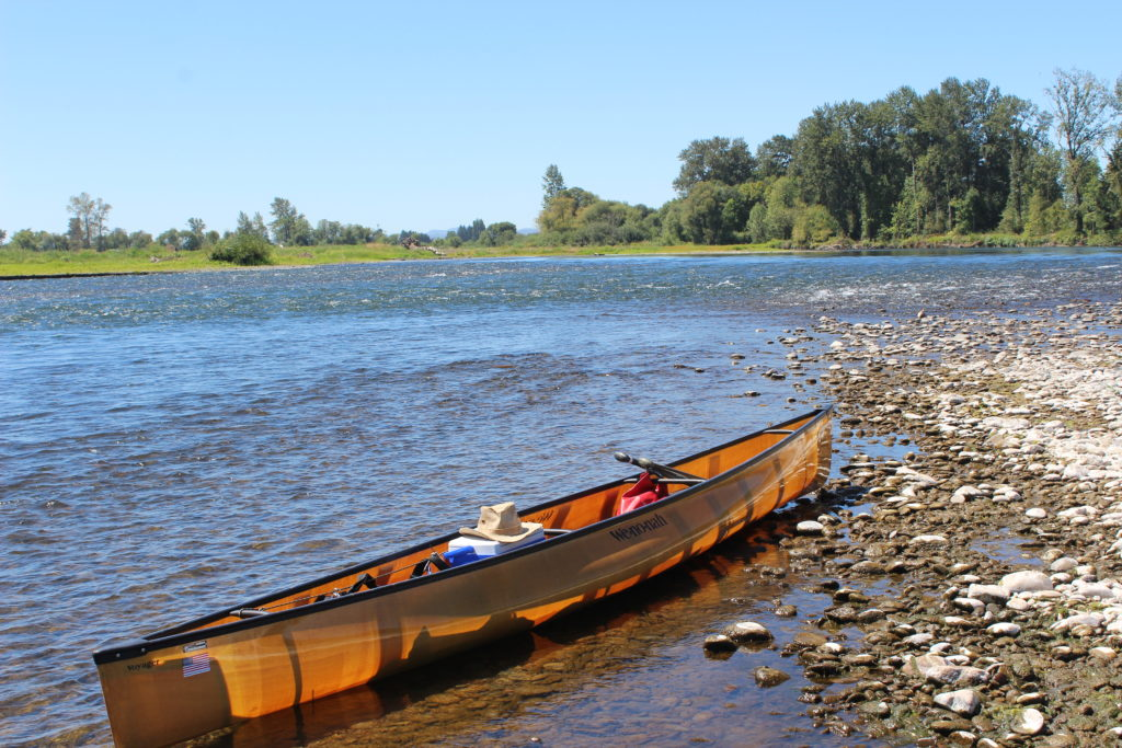 wenonah-voyager-solo-canoe-on-willamette-river-gravel-shore-2016-paddle-people-2